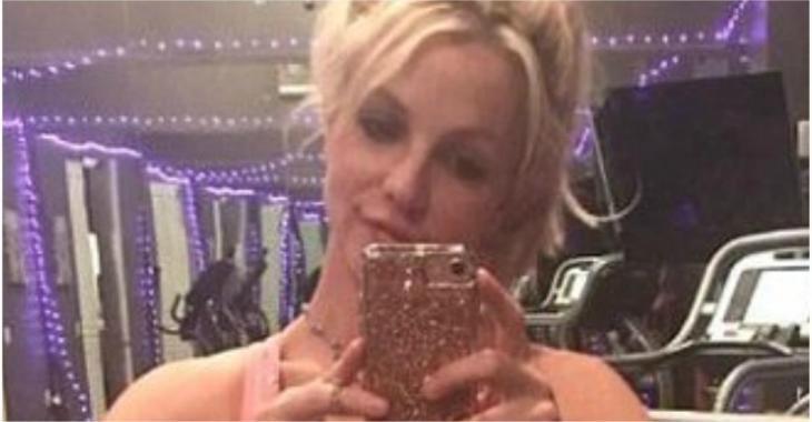 Britney Spears pose en tenue très sexy au gym et ses fans n'en reviennent pas de voir à quoi elle ressemble aujourd'hui