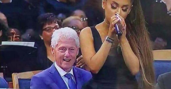 Bill Clinton pris en flagrant délit en train de reluquer le derrière d'Ariana Grande