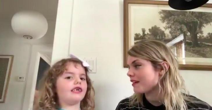 Coeur de pirate chante en duo avec sa fille Romy et leur connexion est incroyable