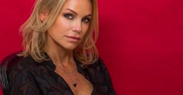 Caroline Néron plus belle que jamais dans un bikini qui la met définitivement en valeur