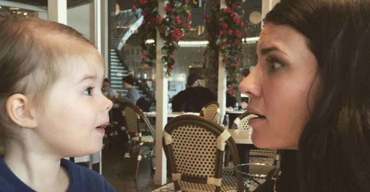 Marie-Ève Janvier publie une photo hilarante après avoir laissé sa petite Léa lui maquiller (TOUT!) le visage