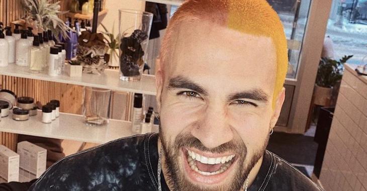 Jay Du Temple se teint ses cheveux rasés en jaune et rose et ses fans n'en reviennent pas