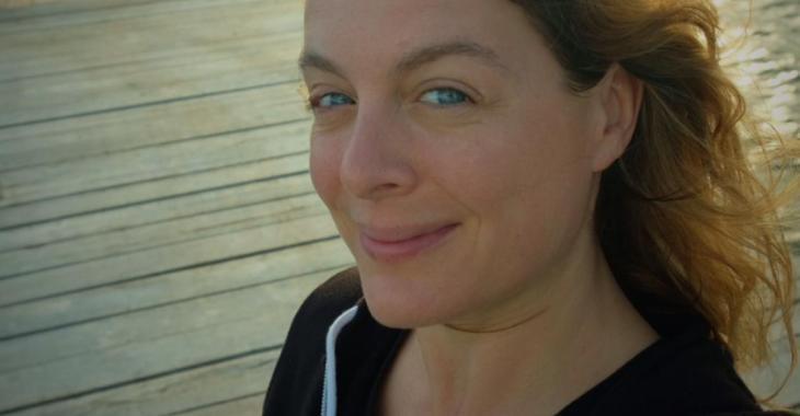 Julie Le Breton est resplendissante sur une nouvelle photo sous le soleil au bord de l'eau
