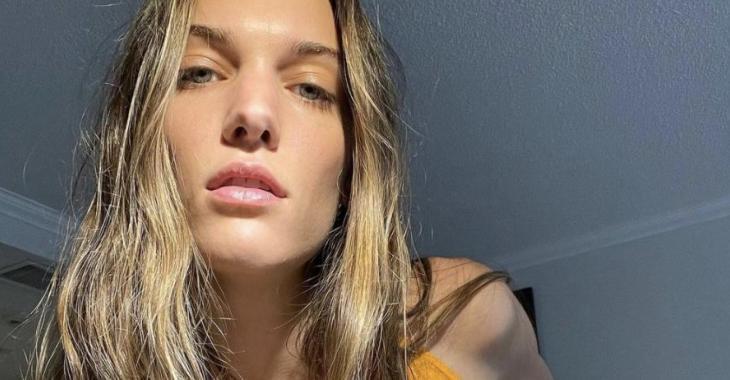 Charlotte Cardin crée le buzz en posant sans le haut sous le soleil de la Grèce